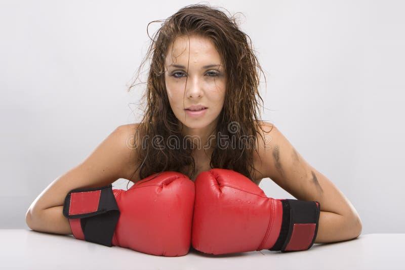 Schöne Frau mit roten Verpackenhandschuhen lizenzfreie stockfotografie
