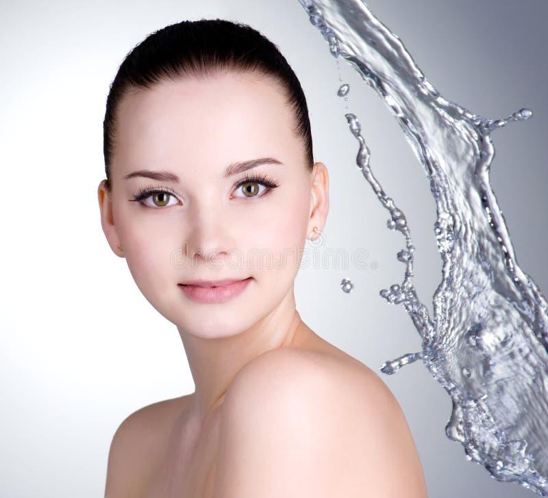 Schöne Frau mit sauberer Haut und Wasser stockfotos