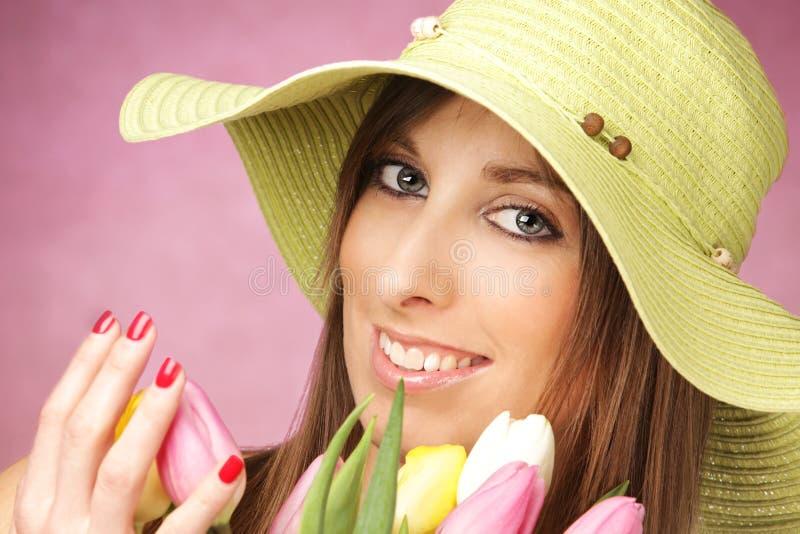 Schöne Frau mit Tulpen lizenzfreies stockfoto