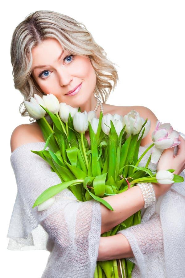 Schöne Frau mit Tulpen auf getrenntem Weiß lizenzfreie stockfotografie