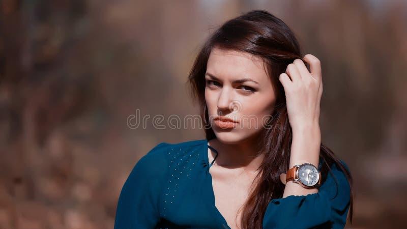 Schöne Frau mit Uhr lizenzfreies stockbild