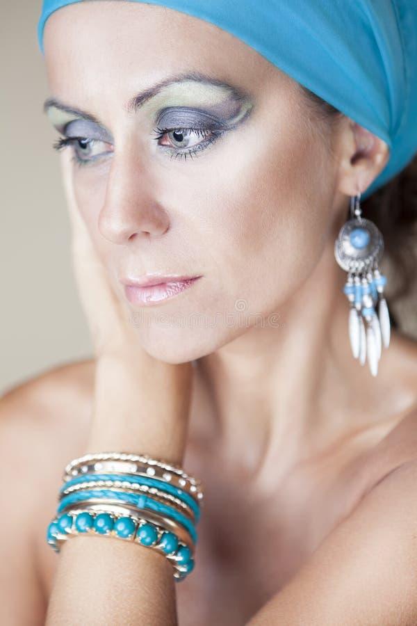 Download Schöne Frau mit Verfassung stockbild. Bild von blau, kopf - 26374457