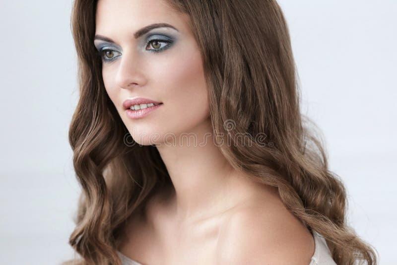 Schöne Frau mit Verfassung lizenzfreies stockfoto