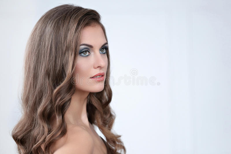 Schöne Frau mit Verfassung lizenzfreie stockbilder