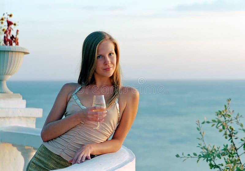 Schöne Frau mit Weinglas Champagner stockfotografie
