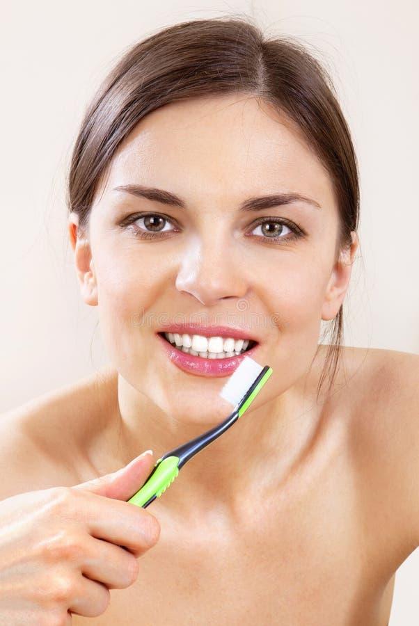Schöne Frau mit Zahnbürste L stockfotos