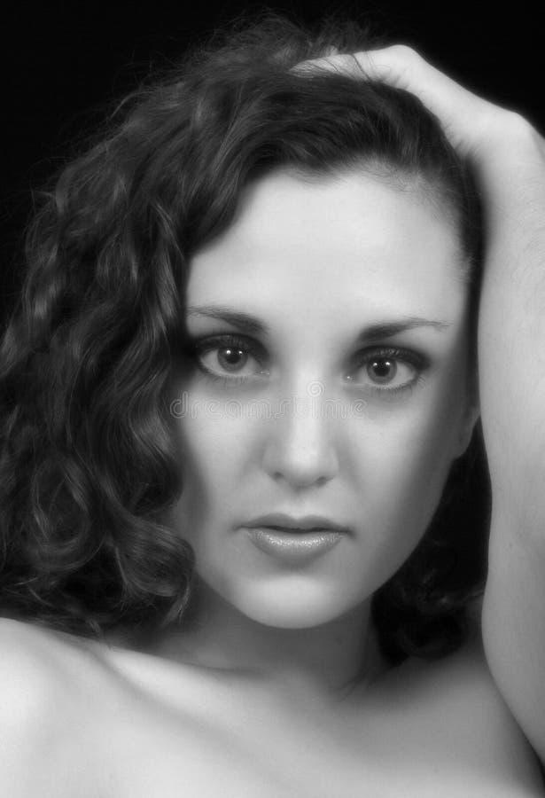 Schöne Frau in Schwarzem u. im Weiß lizenzfreie stockfotografie