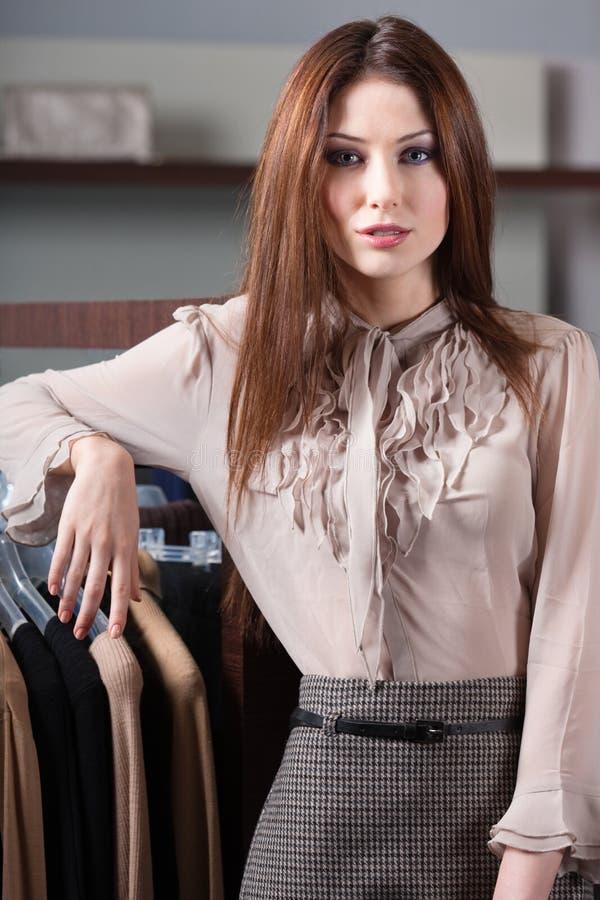 Schöne Frau und große Vielzahl von Kleidung stockfotos