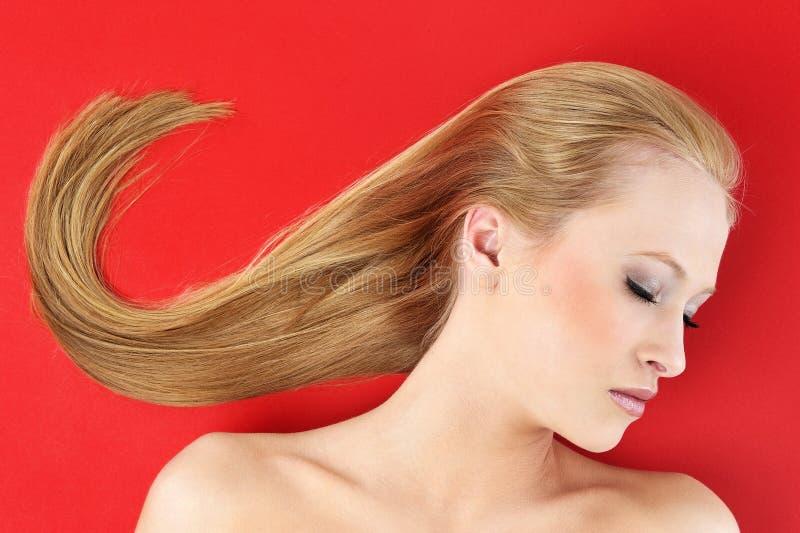 Schöne Frau und roter Hintergrund lizenzfreie stockbilder