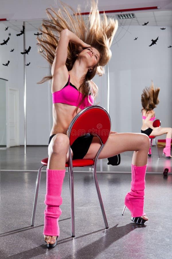 Schöne Frau und roter Stuhl stockfotos