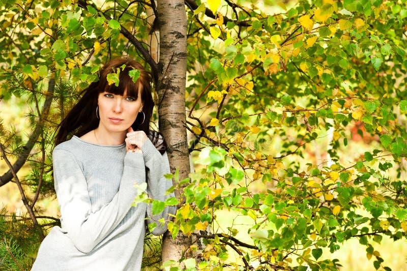 Schöne Frau unter dem Baum lizenzfreie stockfotografie