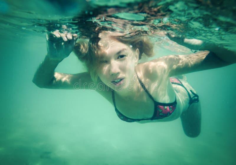 Schöne Frau Unterwasser stockfotografie