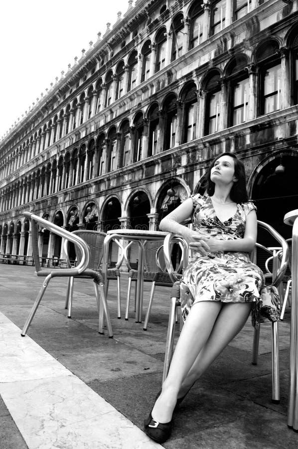 Schöne Frau in Venedig am Marktplatz San Marco lizenzfreie stockfotografie