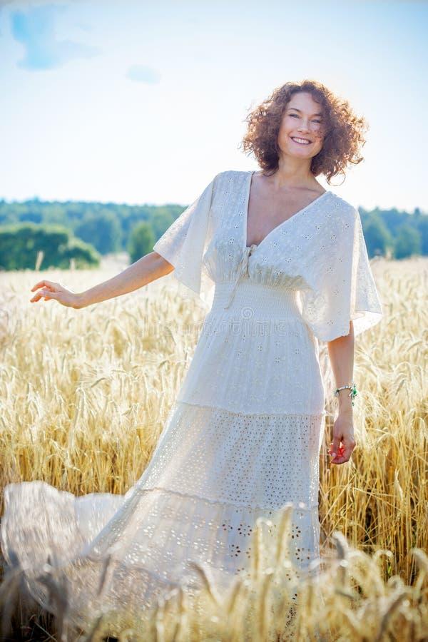 Schöne Frau von mittlerem Alter gekleidet in der weißen modischen Kleidung lizenzfreie stockfotografie