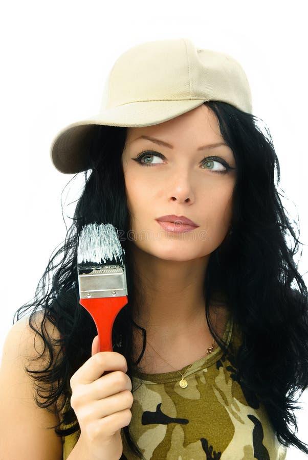 Schöne Frau, welche die Wände malt lizenzfreies stockbild