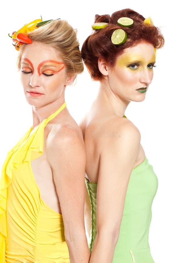 Schöne Frauen, die Grün denken stockfoto