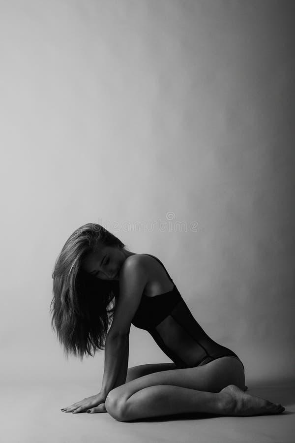 Schöne Frauen im Studio stockfotos
