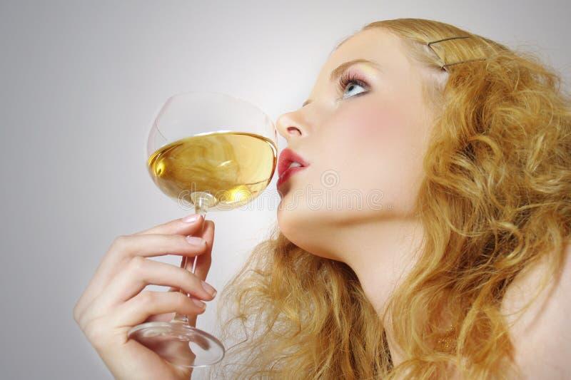 Schöne Frauen mit Glaswein stockbild