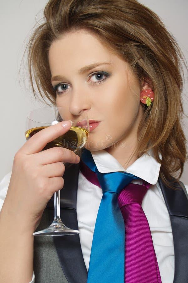 Schöne Frauen mit Glaswein stockfotos
