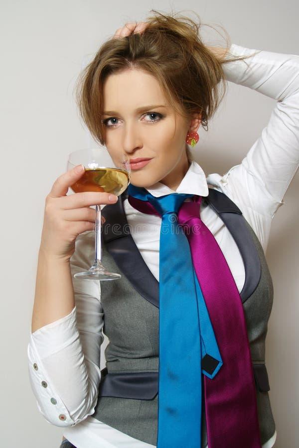 Schöne Frauen mit Glaswein lizenzfreies stockfoto