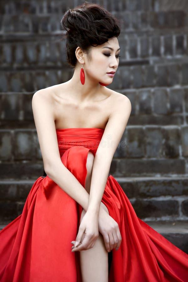 Schöne Frauen mit rotem Tuch stockfotografie