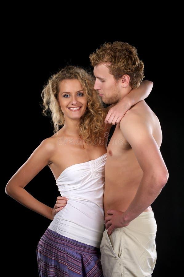 Schöne Frauenumarmungen halb-gekleidet lizenzfreie stockfotografie