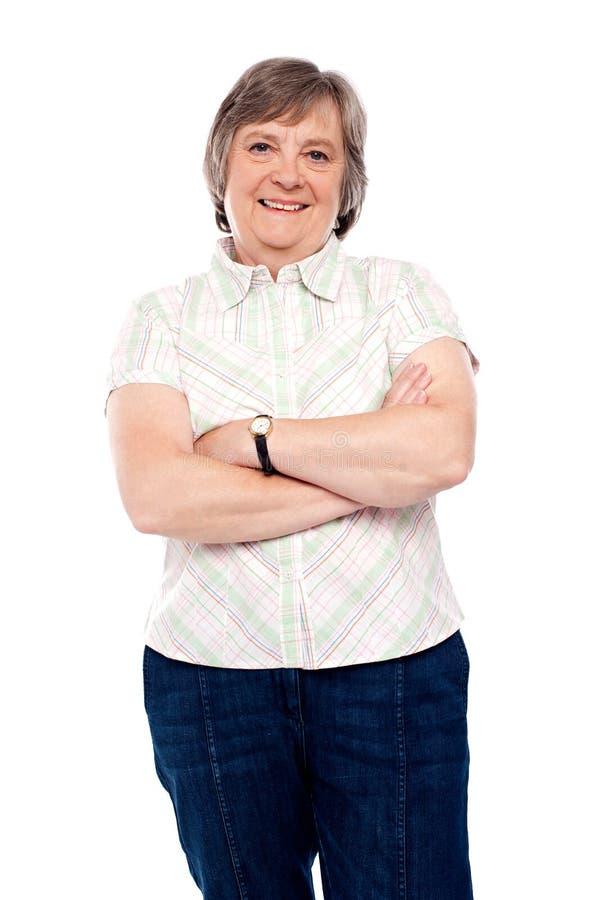 Schöne gealterte Frau in den casuals lizenzfreies stockfoto