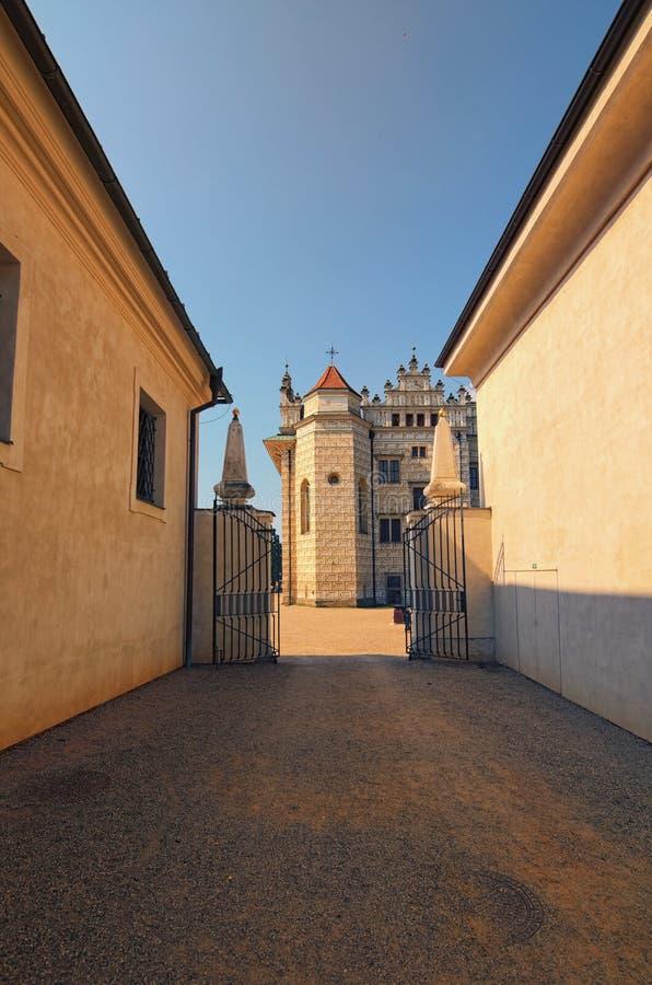 Schöne Gebäude in Litomysl ziehen sich Schuss mit Perspektive zurück Es ist eins der größten Renaissanceschlösser in der Tschechi stockbilder