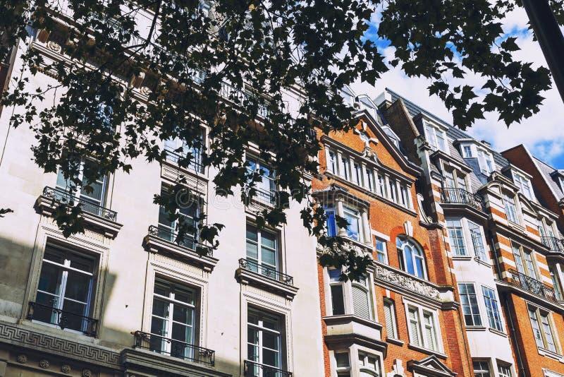 Schöne Gebäudearchitektur im London-Stadtzentrum in Mayfai lizenzfreie stockfotografie