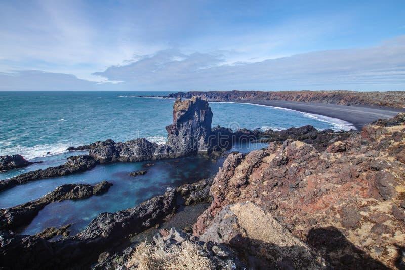Schöne gebildete Felsen nahe einem Schiffbruch in Djupalonssandur, Hellnar, Island lizenzfreie stockfotos