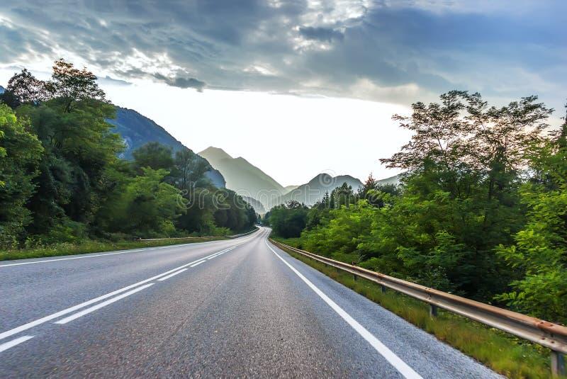 Schöne Gebirgsstraßenlandschaft in den österreichischen Alpen stockbild