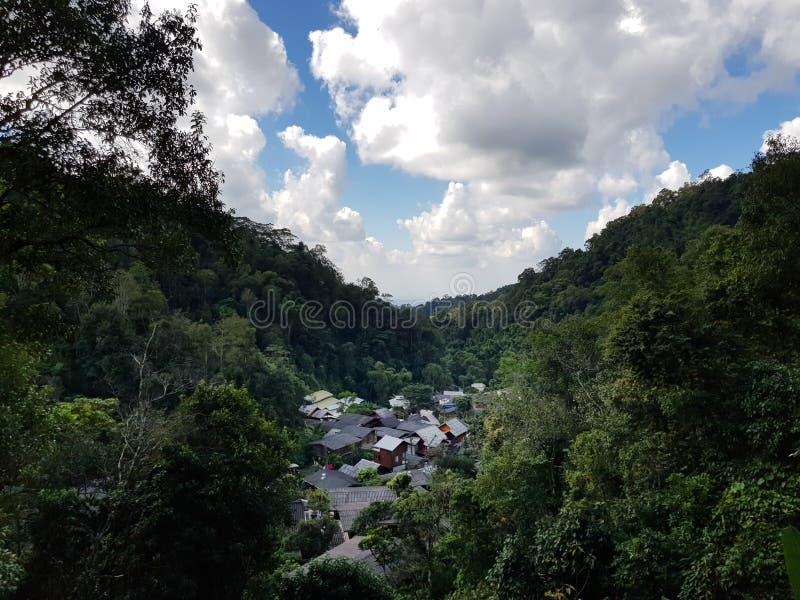 Schöne Gebirgstal-Dorflandschaft lizenzfreies stockfoto