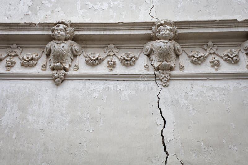 Schöne gebrochene Wand lizenzfreie stockfotos
