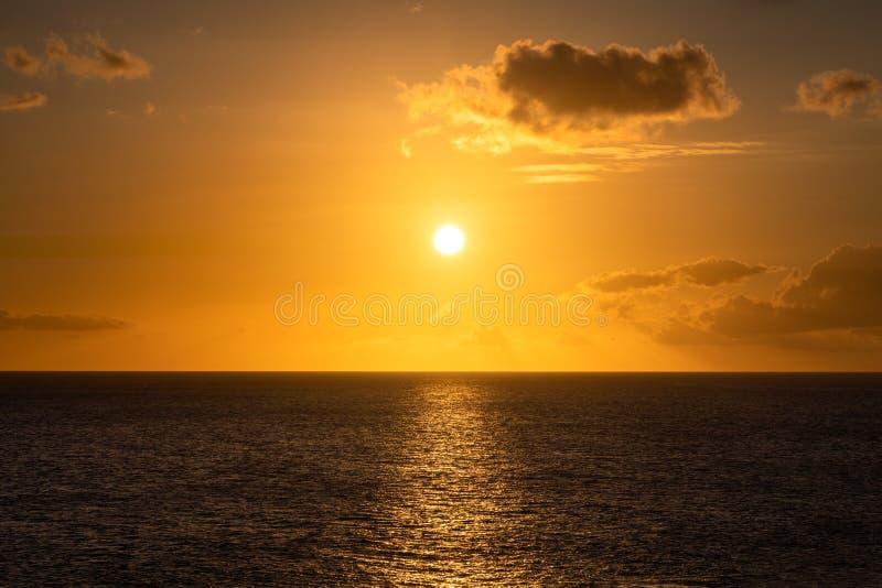 Schöne Gelbe des goldenen karibischen Sonnenuntergangs und Goldfarben stockfoto