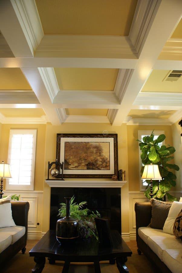 Schöne gelbe Wohnzimmer-Vertikale stockfotos