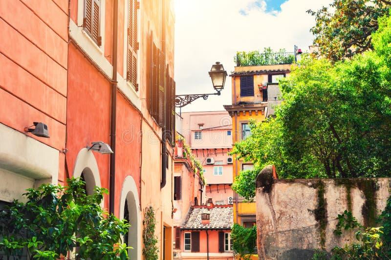 Schöne gemütliche Straße in Trastevere-Bezirk in Rom, Italien stockfotografie