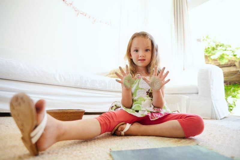 Schöne gemalte Hände des kleinen Mädchens Vertretung lizenzfreie stockfotografie