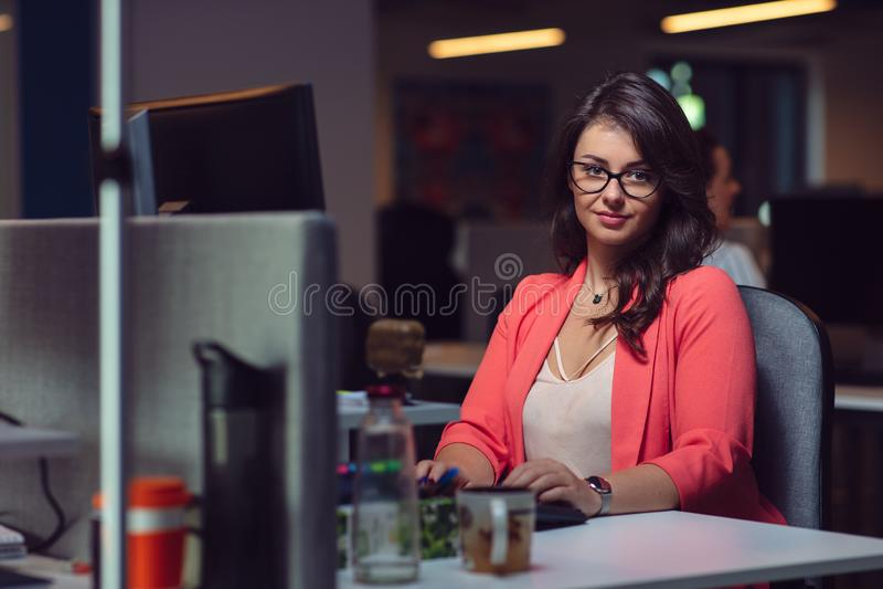 Schöne Geschäftsdame mit Laptop-Computer im Büro lizenzfreie stockbilder
