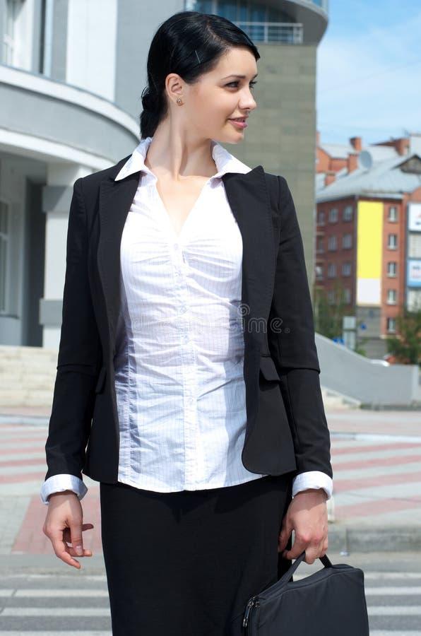 Schöne Geschäftsfrauüberfahrt lizenzfreies stockfoto