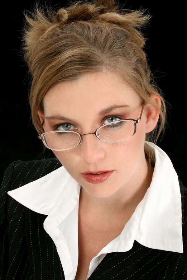 Schöne Geschäftsfrau über Schwarzem stockfoto