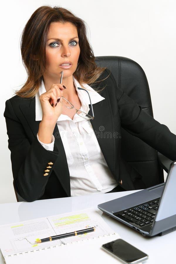 Schöne Geschäftsfrau stockbild
