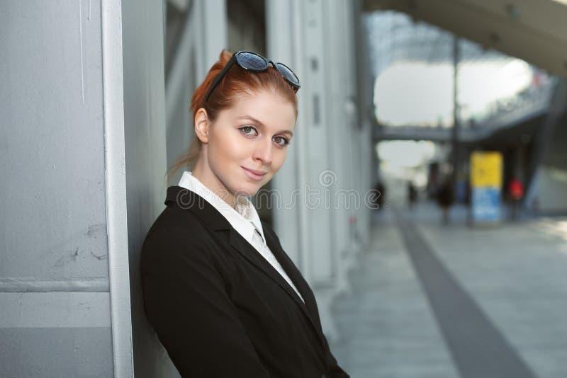 Schöne Geschäftsfrau lizenzfreie stockbilder