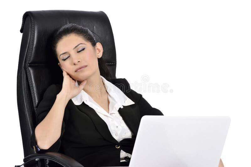 Schöne Geschäftsfrau auf einem Laptop lizenzfreie stockfotos