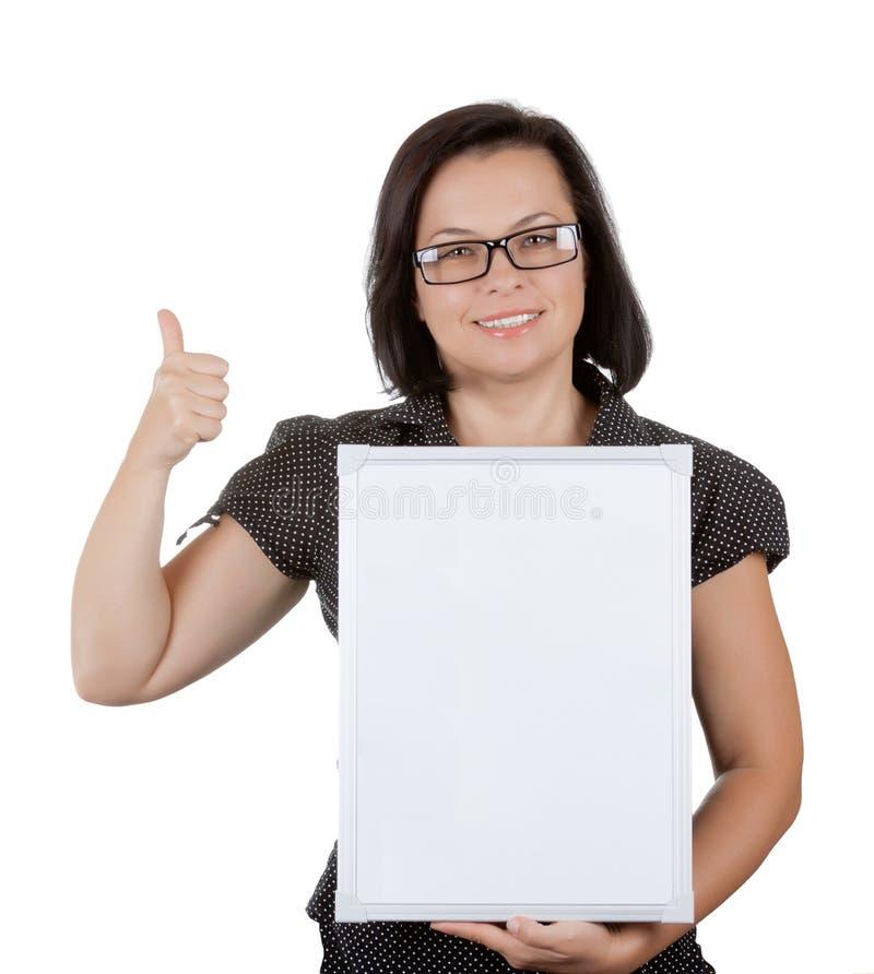 Schöne Geschäftsfrau in den Gläsern, die leeres Brett mit Emp halten stockfoto