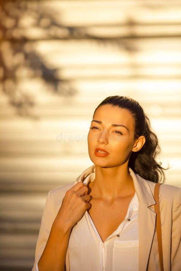 Schöne Geschäftsfrau an der Straße am heißen Tag lizenzfreies stockfoto