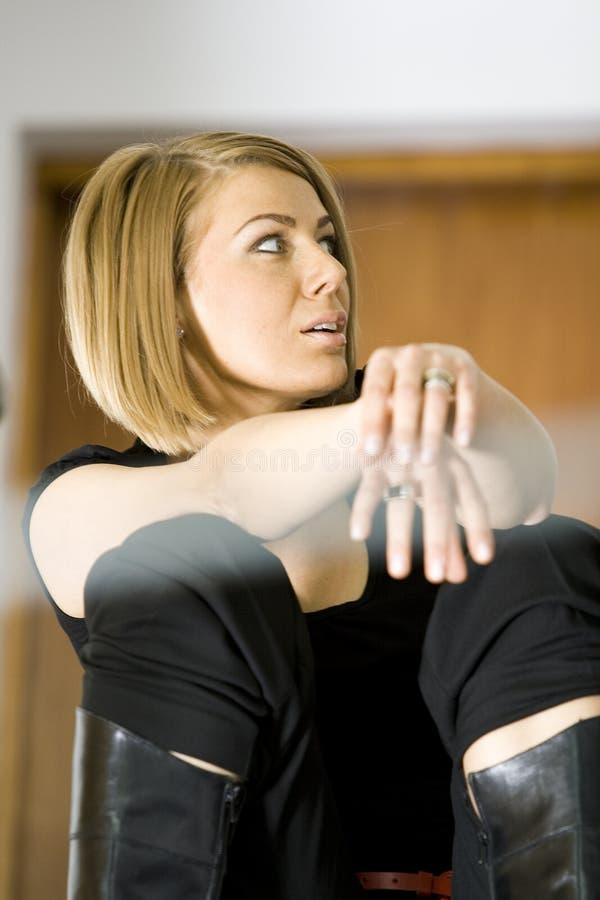Schöne Geschäftsfrau, die auf Treppe sitzt lizenzfreie stockbilder