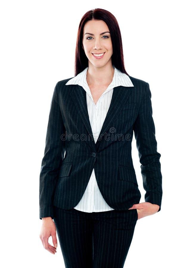 Schöne Geschäftsfrau, die an der Kamera lächelt lizenzfreie stockfotos