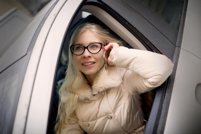 Schöne Geschäftsfrau, die ein Auto antreibt lizenzfreies stockbild
