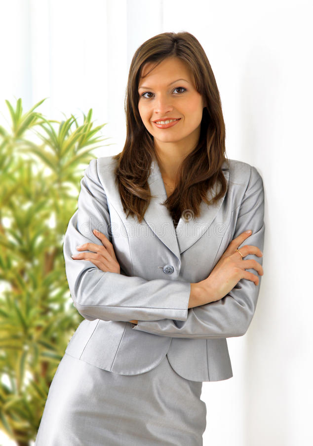 Schöne Geschäftsfrau, die ein Portefeuille anhält lizenzfreies stockbild