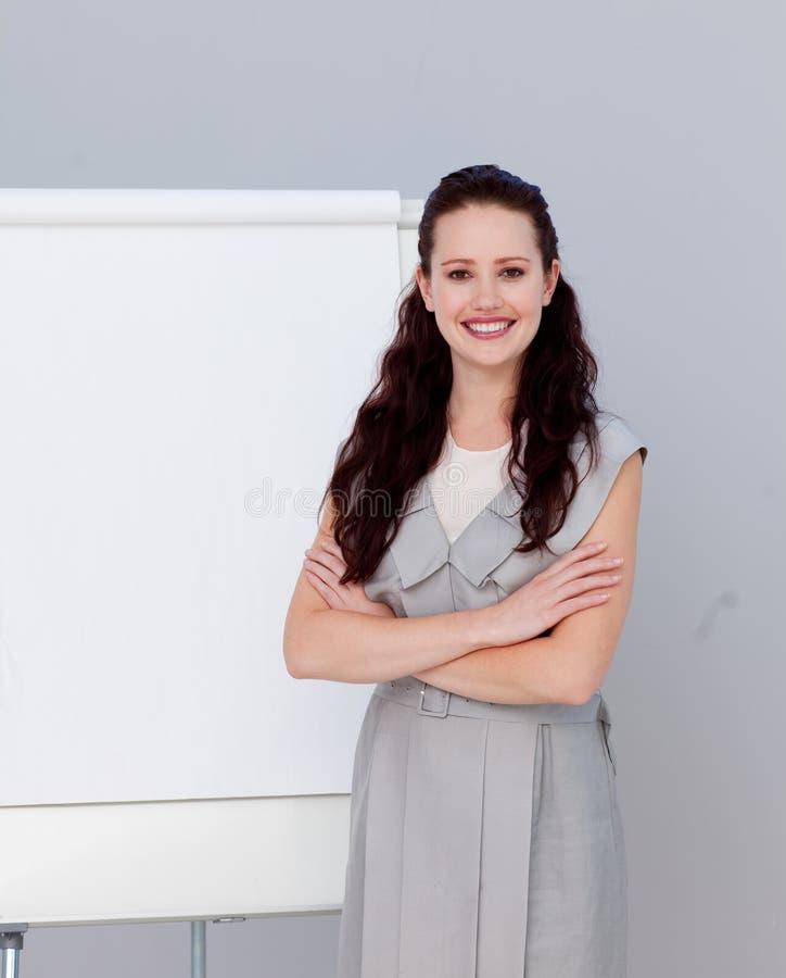 Schöne Geschäftsfrau, die eine Darstellung gibt stockbild